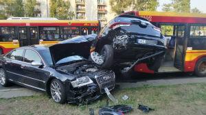 Zderzenie dwóch aut i autobusu