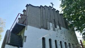 Szarą cegłę kościoła przykryli styropianem