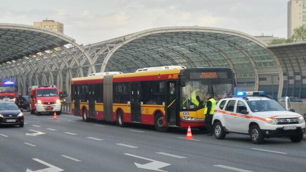 Zderzenie z autobusem miejskim. Auto wylądowało na boku