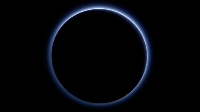 Wspaniałe, błękitne niebo nad Plutonem. <br />Odkryto zamarzniętą wodę