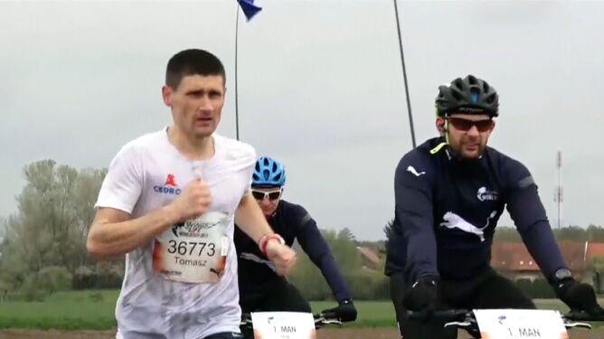 Tomasz Walerowicz prowadzi